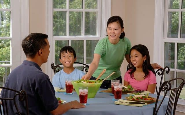 https://pixabay.com/en/family-eating-at-the-table-dining-619142/