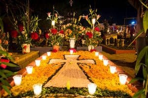 https://www.istockphoto.com/photo/decorated-tomb-in-the-cemetery-of-xoxocoatlan-mexico-gm489777980-74847263